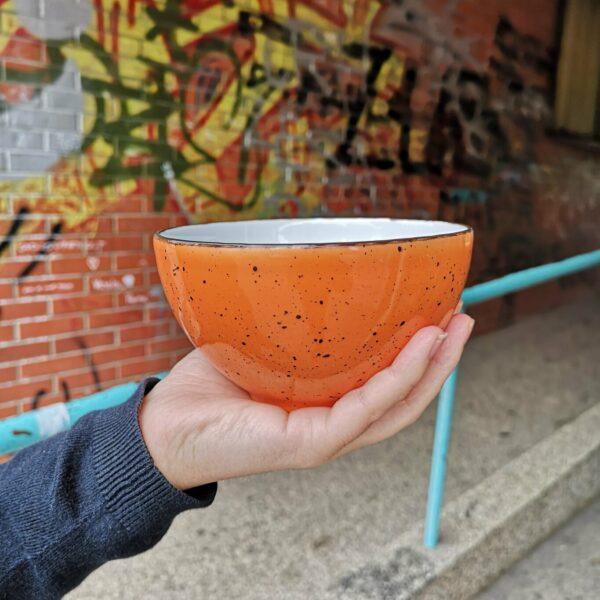 narančasta porculanska zdjelica