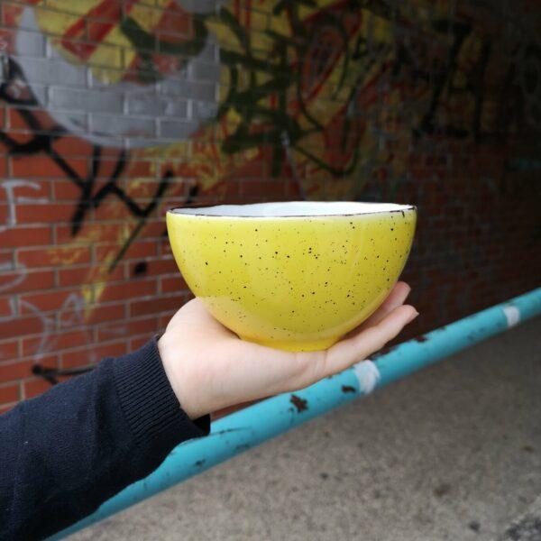 žuta porculanska zdjelica